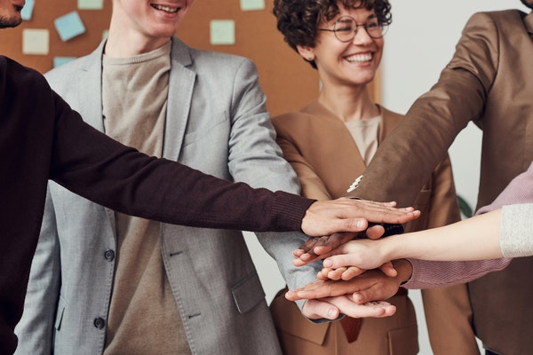 7 Ways to Use Rewards Programs to Boost Employee Morale